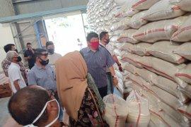 DPRD Karawang temukan cadangan beras untuk dapur umum berkutu dan bau