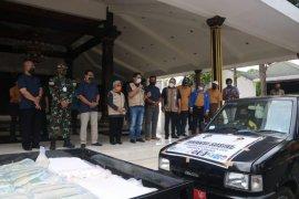BPJS Ketenagakerjaan serahkan bantuan bahan pokok ke pekerja di Jombang