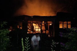Satu rumah semi permanen di Stabat terbakar