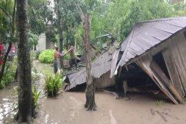 Hujan deras landa Kota Stabat Langkat satu rumah panggung rubuh