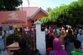 Pengambilan BLT di kantor Pos Aceh Jaya abaikan protokol kesehatan