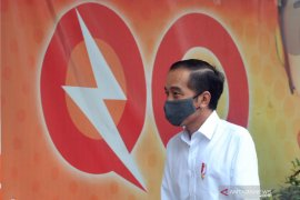 Presiden Joko Widodo tinjau penyaluran bantuan sembako di Johar Baru