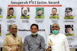 PWI Jatim anugerahkan penghargaan kepada Haruna Soemitro dan Ahmad Riyadh