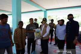 Bupati Aceh Besar salurkan bantuan COVID-19 di Pulau Aceh