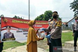 Polres Subang bagi-bagi ratusan paket beras ke warga terdampak COVID-19