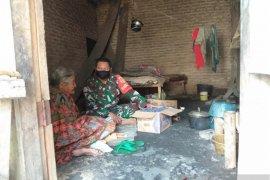 Babinsa Koramil Cikande Banten berikan bantuan sejumlah lansia