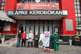 "Komunitas perempuan cendekia-ACT Bali bagikan ratusan paket ""takjil"" di Lapas Kerobokan"
