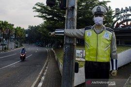 Patung polisi bermasker