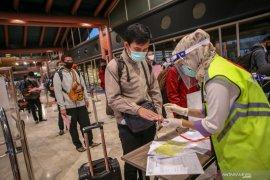 Calon penumpang harus lewati lima pos pemeriksaan di bandara