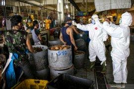 Ratusan orang reaktif COVID-19 saat rapid test di pasar tradisional