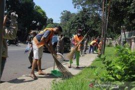 48 orang pelanggar PSBB di Kota Bogor jalani sanksi sosial bersihkan jalan
