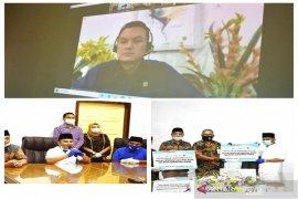 Satgas Bencana BUMN Sumut dan Martin Manurung serahkan bantuan APD ke Tapteng