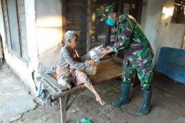 Koramil Cikande bagikan nasi bungkus untuk warga korban banjir