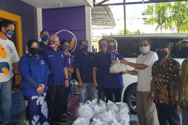 Warga MBR di Kota Surabaya dapat bantuan 1.000 paket sembako