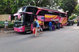 26 kuli bangunan diturunkan dari bus karena tak memiliki surat sehat