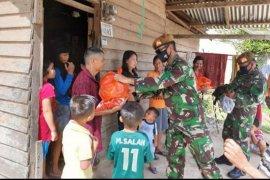 Yonarmed 16/KMP bagikan paket sembako di empat desa di Landak