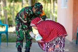 Foto - Babinsa Desa Ayuhula-Gorontalo bagikan takjil dari uang tunjangannya