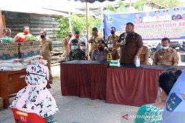 Wali Kota Sibolga bagikan beras bansos kualitas super di dua kelurahan