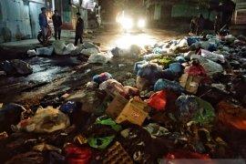 Kesal lama tak diangkut, warga Takengon blokir jalan dengan sampah