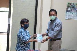 Stikosa-AWS donasikan masker dan hand sanitizer untuk jurnalis lewat PWI Jatim