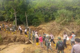 Terisolir pasca banjir, TNI Polri salurkan bantuan ke Dusun Bakongan Bener Meriah