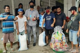 Tjhai Chui Mie salurkan bantuan sembako kepada guru honorer se-Kota Singkawang