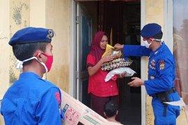 Personel BKO Dipolairud bagikan bantuan kepada masyarakat pesisir