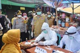 Enam orang reaktif saat tes cepat di Pasar Kemlagi Mojokerto