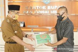 Pengusaha Haji Zali sumbang satu ton beras untuk warga HSS terdampak COVID-19