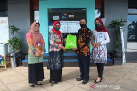 Bank Kalsel serahkan bantuan 100 paket sembako
