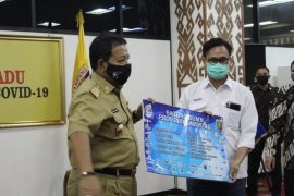 Satgas BUMN Lampung serahkan bantuan APD kepada Gugus Tugas Penanganan COVID-19   Page 1 Small