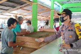 Polres Bangka Barat bagikan masker kepada pengunjung Pasar Mentok