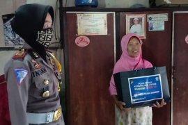 Peduli korban kecelakaan, Polres Situbondo berikan santunan dan sembako