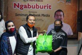 Peduli seniman di Bandung, PKB Jabar salurkan bantuan sembako