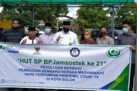 Serikat pekerja BPJAMSOSTEK Solok berbagi sembako kepada masyarakat kurang mampu
