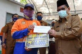 Wali kota serahkan zakat bagi 650 petugas kebersihan di Ramadhan