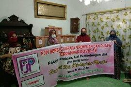 Ramadhan ditengah pandemi, FJPI Sumut bagikan paket sembako untuk perempuan dan dhuafa