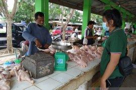 Polisi Bangka Barat pantau harga daging di Pasar Mentok