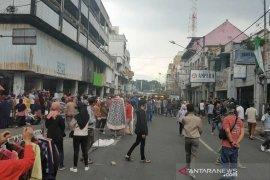 Pedagang Pasar Baru Bandung kembali jualan, tidak tahu PSBB diperpanjang