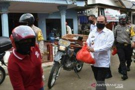 Gubernur Erzaldi lanjutkan pembagian sembako dengan mengendarai kendaraan roda dua