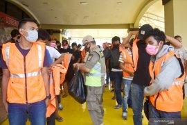 Lima puluhan  pelanggar PSBB  kena sanksi kerja sosial, perlu diterapkan di daerah lain