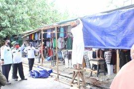 Disperindag Kota Ternate bongkar lapak PKL musiman