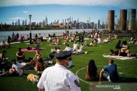 Warga AS nikmati liburan di pantai saat angka kematian hampir 100.000
