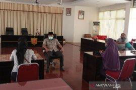 Puluhan warga Agam datangi kantor bupati pertanyakan bantuan COVID-19