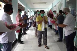 Sembuh, sepuluh pasien COVID-19 di RS PHC Surabaya disambut suka cita (Video)