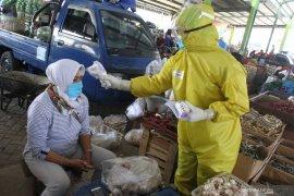 Ratusan pedagang pasar di Kota Batu jalani tes cepat COVID-19