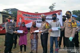1.130 personel Polres Subang salurkan zakat fitrah jelang  Idul Fitri