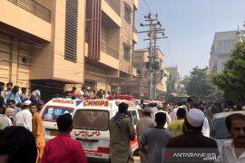 Pesawat angkut 100-an penumpang jatuh di kawasan perumahan Karachi