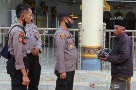 Ciptakan kenyamanan saat Shalat Idul Fitri, Polres Nagan Raya bagikan masker untuk warga