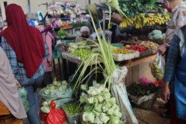 "Warga Bandarlampung serbu pasar beli ""ketupat""  lebaran"